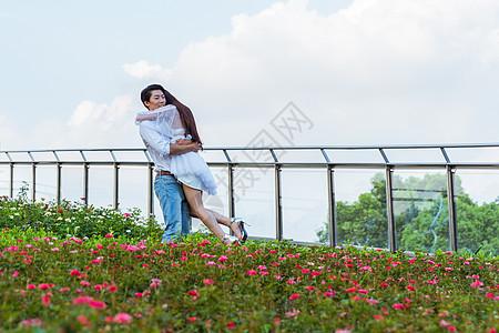 情人节花园情侣拥抱抱起图片