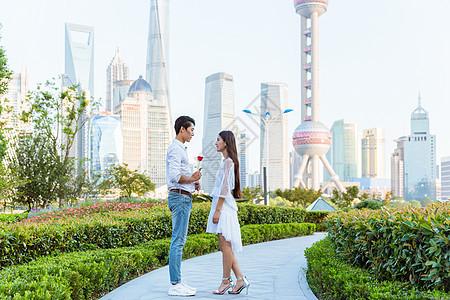 情人节上海公园情侣相望图片