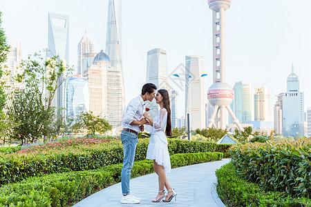 情人节上海公园情侣接吻图片