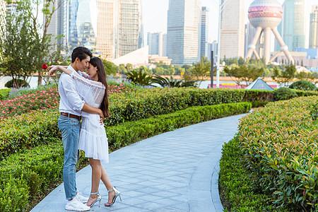 情人节上海公园情侣相拥图片
