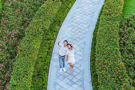 情人节浪漫情侣公园挥手图片