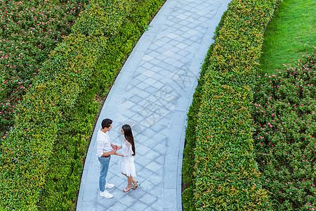 情人节浪漫情侣公园牵手图片