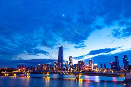 岸边高楼桥梁城市夜景风光图片