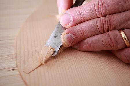 木工匠人手工雕刻图片