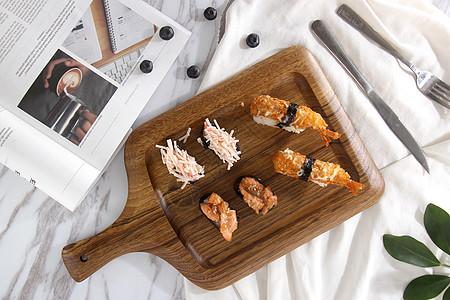 手柄托盘上的寿司图片