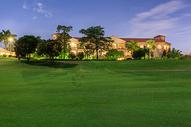 美丽的酒店外的高尔夫球场图片
