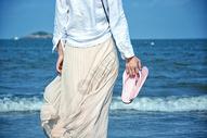 海边女性人物背影图片