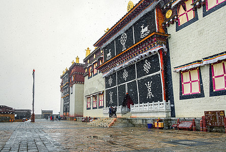 大雪飘飞中的松赞林寺图片