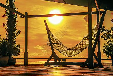 阳光下的吊床剪影图片