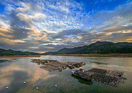 蓝天,彩云,大海和渔村图片