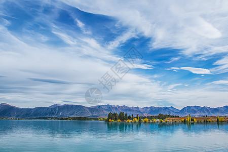 蓝天白云,湖水和山峦图片