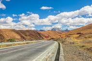 蓝天白云下的公路图片