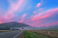 清晨,彩云,大路和大卡车图片