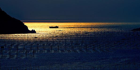 大海、阳光、船图片