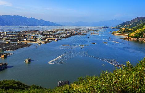 晴天的海上渔村图片
