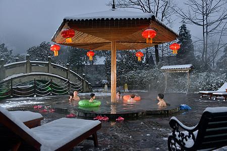 在冰天雪地里享受热气腾腾的温泉图片