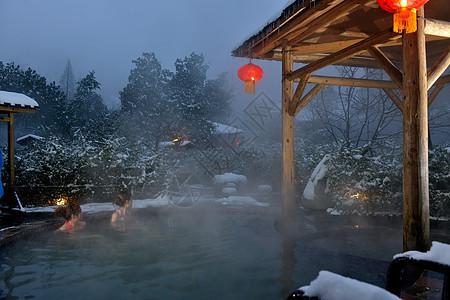 在冰天雪地中泡温泉图片