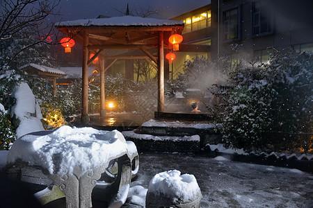 冰天雪地中享受热气腾腾的温泉图片