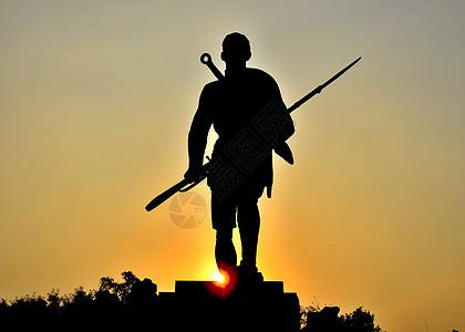 抗战川军将士出川雕像在夕阳下的剪影图片
