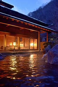 冬季傍晚浸泡在日本乡村温泉池中图片