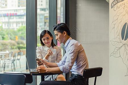 职场男女同事讨论图片