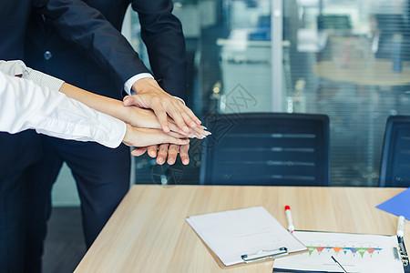 商务团队合作手搭一起图片