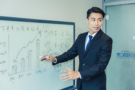 商务人士会议讲解工作数据图片