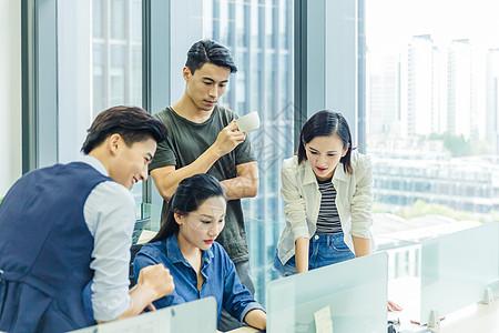 公司年轻团队项目讨论图片