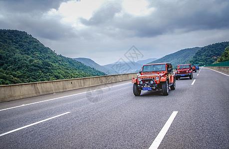 公路上的车队图片
