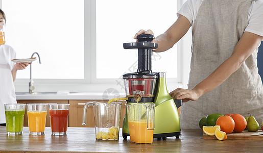 厨房榨水果汁图片
