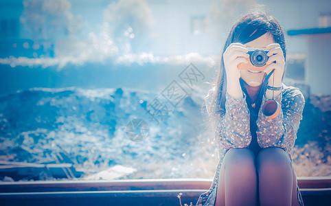 旅游拍照的女孩图片