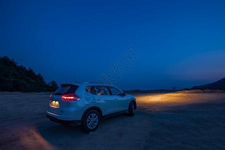 越野车在夜晚的山脊上图片