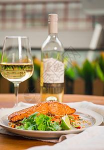 三文鱼配白葡萄酒图片