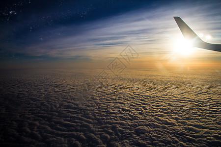 迎着朝阳的飞机图片