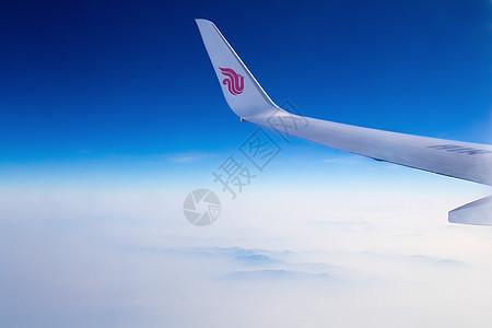 高空中飞翔的机翼图片
