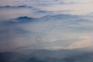水墨画般的大地山峦图片