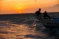 海上的渔民图片
