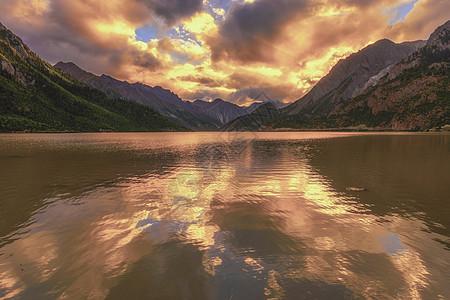 美丽然乌湖的晚霞图片