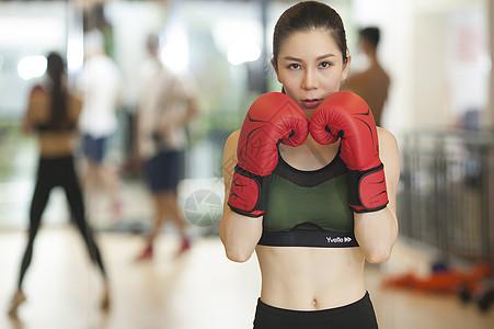 女性在健身房里打拳击图片