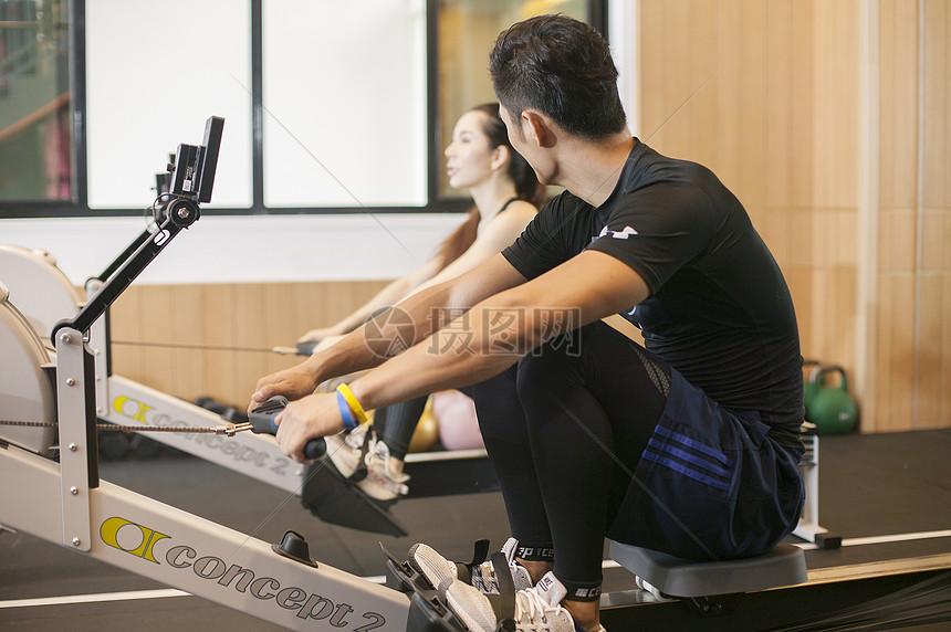 男性女性在健身房一起健身摄影图片免费下载_人物图库