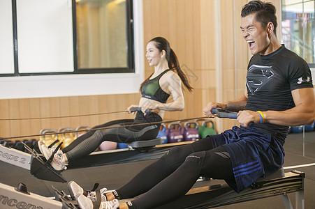 男性女性在健身房一起健身图片