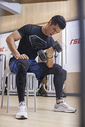 男性在健身房里健身图片