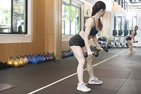 女性在健身房健身图片