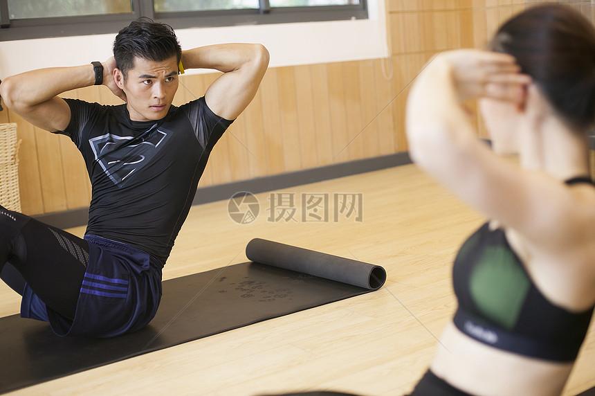 男性女性在健身房互动健身摄影图片免费下载_人物图库