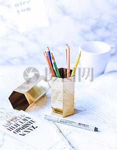 桌上的纸笔图片