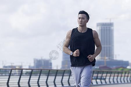 男孩在户外跑步运动锻炼图片