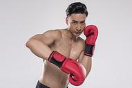 运动男士拳击动作图片