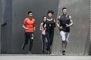 年轻男女在户外运动场所跑步图片