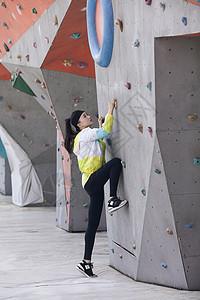 美女在户外运动场所攀岩锻炼图片