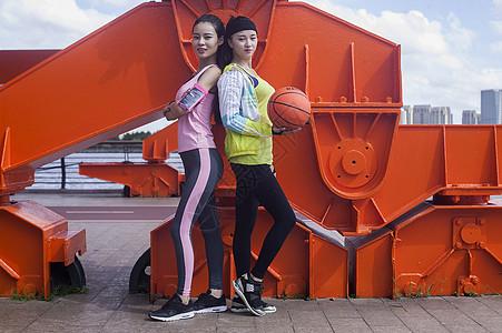 二个运动女孩在户外打篮球图片